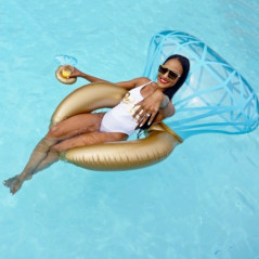 Inflatable swimming cushion for swimming pool or beach - Size: 140 x 120 cm Water Sports - 1